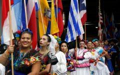 Una parada del 2017 celebrando el Mes Nacional de la Herencia Hispana.