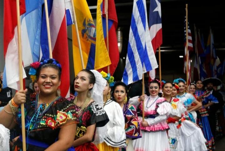 Una+parada+del+2017+celebrando+el+Mes+Nacional+de+la+Herencia+Hispana.